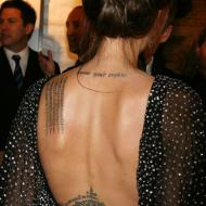 Angelina Jolie rygg