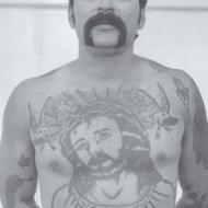 Front och bröst tatuering i fängelset