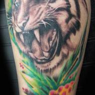 Överarmstatuering av tiger