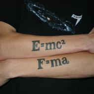 E mc 2 tatuering på armarna