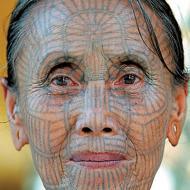 Asiatisk ansiktstatuering på kvinna