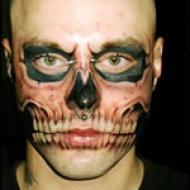 Dödskalle tatuering i ansiktet