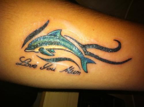 min tattoo som jag gjorde till mamma, hon älskar delfiner. title=