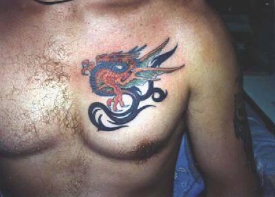 Asiatisk drake på bröstet title=