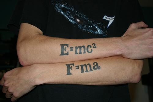 E mc 2 tatuering på armarna title=